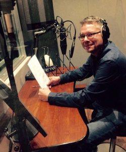 Rob achter de microfoon in de studio